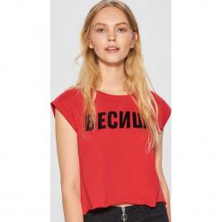 Koszulka z napisem MIX and MATCH - Czerwony. Czerwone t-shirty damskie marki Cropp, l, z napisami. Za 39,99 zł.