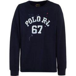 Polo Ralph Lauren GRAPHIC  Bluzka z długim rękawem newport navy. Niebieskie t-shirty chłopięce Polo Ralph Lauren, z bawełny, z długim rękawem. Za 169,00 zł.