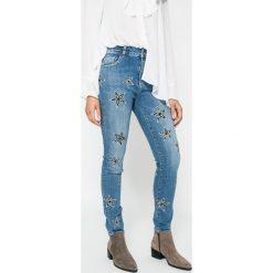 Silvian Heach - Jeansy Macugnana (Tina). Niebieskie jeansy damskie marki Silvian Heach, z bawełny, z standardowym stanem. W wyprzedaży za 319,90 zł.