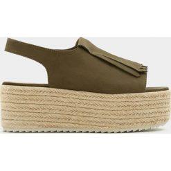 Sandały z frędzlami, na platformie z juty. Szare sandały damskie z frędzlami marki Pull&Bear, na koturnie. Za 96,90 zł.