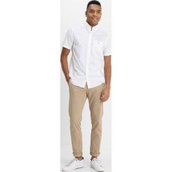 GANT THE BROADCLOTH REGULAR FIT Koszula white. Białe koszule męskie GANT, m, z bawełny. Za 359,00 zł.