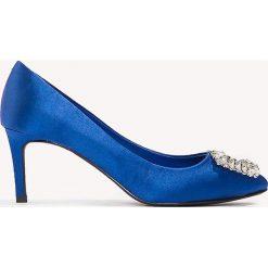 Buty ślubne damskie: NA-KD Shoes Satynowe czółenka na średnim obcasie, ze zdobieniami - Blue