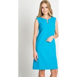 Turkusowa prosta sukienka QUIOSQUE. Niebieskie sukienki balowe QUIOSQUE, na co dzień, dekolt w kształcie v, dopasowane. W wyprzedaży za 139,99 zł.
