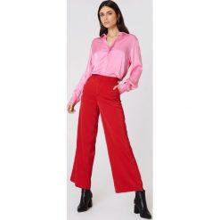 NA-KD Trend Satynowa koszula - Pink. Białe koszule damskie marki NA-KD Trend, z nadrukiem, z jersey, z okrągłym kołnierzem. Za 80,95 zł.
