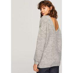 Sweter z dekoltem z tyłu - Jasny szar. Szare swetry klasyczne damskie Reserved, l. Za 79,99 zł.