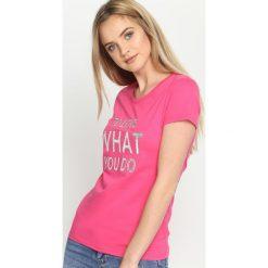 Fuksjowy T-shirt To Love. Różowe bluzki z odkrytymi ramionami Born2be, l, z nadrukiem, z krótkim rękawem. Za 29,99 zł.