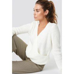 Trendyol Kopertowy sweter - White. Białe swetry klasyczne damskie Trendyol, z dzianiny, z kopertowym dekoltem. Za 100,95 zł.