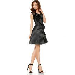 Oszałamiająca sukienka z falbaną czarna JULIANNA. Czarne sukienki balowe Lemoniade, na imprezę, na lato, z kołnierzykiem typu kielich. Za 159,90 zł.