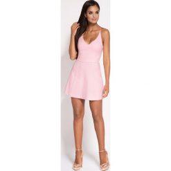 Różowa Rozkloszowana Sukienka z Głębokim Dekoltem. Różowe sukienki balowe marki numoco, l, z dekoltem w łódkę, oversize. Za 268,90 zł.