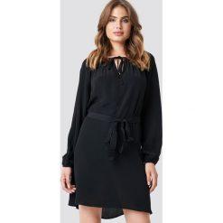 Trendyol Sukienka z wiązaniem - Black. Szare sukienki z falbanami marki Trendyol, na co dzień, z elastanu, casualowe, midi, dopasowane. Za 60,95 zł.