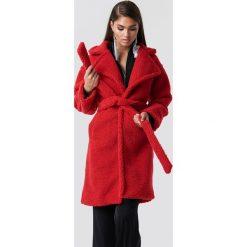 Hannalicious x NA-KD Płaszcz midi Teddy - Red. Czerwone płaszcze damskie Hannalicious x NA-KD, w paski. Za 404,95 zł.