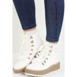 Białe Traperki Hidden Star. Białe buty zimowe damskie marki Born2be, z okrągłym noskiem, na płaskiej podeszwie. Za 99,99 zł.