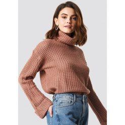NA-KD Krótki sweter - Pink. Niebieskie golfy damskie marki NA-KD, z satyny. Za 113,00 zł.