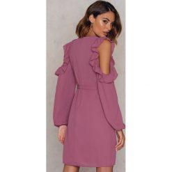 Sukienki: NA-KD Sukienka z odkrytymi ramionami i falbanką - Pink