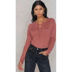 Rut&Circle Sweter ze sznurowaniem Sofi - Pink. Zielone swetry klasyczne damskie marki Rut&Circle, z dzianiny, z okrągłym kołnierzem. W wyprzedaży za 57,57 zł.