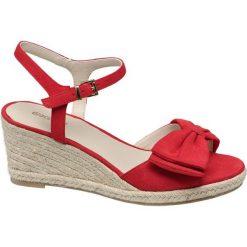 Sandały damskie na koturnie Graceland czerwone. Czerwone sandały damskie Graceland, z materiału, na koturnie. Za 89,90 zł.