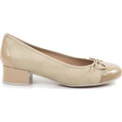 Buty ślubne damskie: Skórzane czółenka w kolorze beżowym