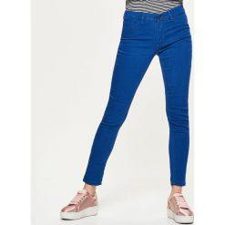 Denimowe jegginsy - Turkusowy. Niebieskie legginsy marki Cropp, z jeansu. Za 59,99 zł.