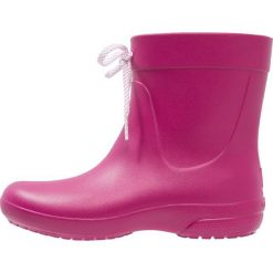 Crocs FREESAIL SHORTY Kalosze berry. Różowe buty zimowe damskie marki Crocs, z materiału. W wyprzedaży za 134,25 zł.