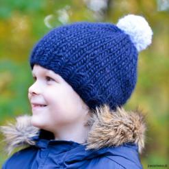 Granatowa czapka z wełny merino z pomponem. Szare czapeczki niemowlęce Pakamera, z wełny. Za 79,00 zł.