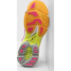 Mizuno WAVE LIGHTNING Z4 Obuwie do siatkówki pink glow/white/iron gate. Różowe buty do fitnessu damskie marki Mizuno. W wyprzedaży za 412,30 zł.