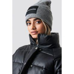 Calvin Klein Czapka J Calvin Klein W - Grey. Szare czapki zimowe damskie Calvin Klein, z aplikacjami, z dzianiny. Za 181,95 zł.