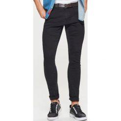 Jeansy SLIM z paskiem - Czarny. Czarne jeansy męskie slim marki Cropp. Za 149,99 zł.