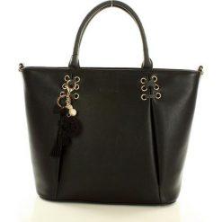 MONNARI Ekstrawagancki shopper bag z brelokiem  czarny. Czarne shopper bag damskie Monnari, w paski, ze skóry ekologicznej, na ramię, duże, zdobione, z breloczkiem. Za 169,00 zł.