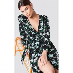 Rut&Circle Kopertowa sukienka w kwiaty - Black. Czarne sukienki Rut&Circle, w kwiaty, z poliesteru, z kopertowym dekoltem, z długim rękawem, maxi, kopertowe. Za 202,95 zł.