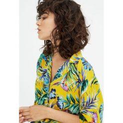 Koszula z tropikalnym wzorem i kołnierzykiem z klapami. Czarne koszule damskie Pull&Bear, z krótkim rękawem. Za 62,90 zł.