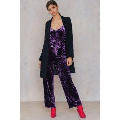 Kombinezony damskie: NA-KD Party Aksamitny kombinezon na wąskich ramiączkach - Purple