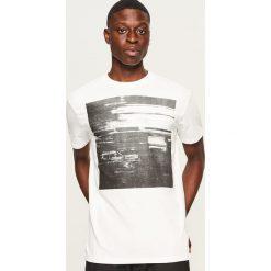 T-shirt z nadrukiem - Biały. Białe t-shirty męskie z nadrukiem Reserved, l. Za 49,99 zł.