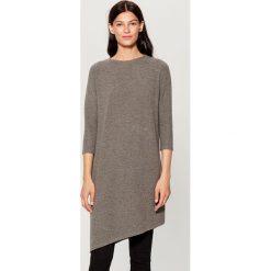 Sweter z asymetrycznym dołem - Szary. Szare swetry klasyczne damskie marki Mohito, l, z asymetrycznym kołnierzem. Za 119,99 zł.
