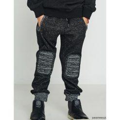 Spodnie dresowe. Czarne chinosy chłopięce N/A, na lato, z dresówki. Za 79,00 zł.