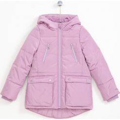 Kurtka w kolorze różowym. Czerwone kurtki dziewczęce zimowe marki Reserved, z kapturem. W wyprzedaży za 124,95 zł.