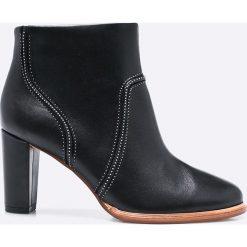 Clarks - Botki. Czarne buty zimowe damskie Clarks, z materiału, na obcasie. W wyprzedaży za 269,90 zł.