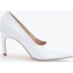 Białe czółenka na wysokim obcasie - Biały. Białe buty ślubne damskie Reserved, na wysokim obcasie. Za 139,99 zł.