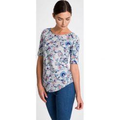 Szara bluzka z kwiatową aplikacją QUIOSQUE. Szare bluzki asymetryczne QUIOSQUE, z aplikacjami, z bawełny, klasyczne, z dekoltem w łódkę, z długim rękawem. W wyprzedaży za 29,99 zł.
