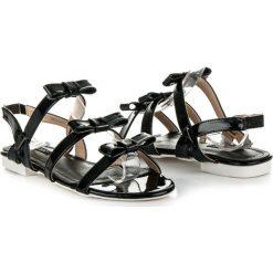 Lakierowane sandałki z kokardkami MUSETTA czarne. Czarne sandały damskie vices, z lakierowanej skóry. Za 54,00 zł.