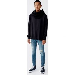 Jeansy super skinny fit z przetarciami. Niebieskie jeansy męskie regular Pull&Bear, z jeansu. Za 129,00 zł.