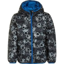 Benetton Kurtka zimowa dark grey. Niebieskie kurtki chłopięce zimowe marki Benetton, z bawełny. W wyprzedaży za 135,20 zł.
