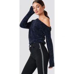 Rut&Circle Szenilowy sweter z odkrytymi ramionami - Navy. Niebieskie swetry klasyczne damskie Rut&Circle, z materiału. Za 161,95 zł.