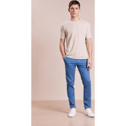 Chinosy męskie: BOSS CASUAL Chinosy light blue