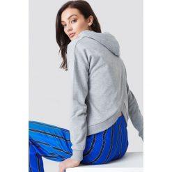 NA-KD Bluza z kapturem z kopertowym tyłem - Grey. Szare bluzy damskie NA-KD, z kapturem. Za 121,95 zł.