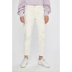 Guess Jeans - Jeansy Vanille. Białe boyfriendy damskie marki Guess Jeans, z obniżonym stanem. W wyprzedaży za 399,90 zł.
