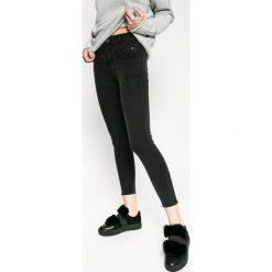 Medicine - Jeansy Rebel Forest. Szare jeansy damskie rurki MEDICINE, z obniżonym stanem. W wyprzedaży za 79,90 zł.