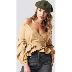 NA-KD Koszula odsłaniająca ramiona - Beige. Brązowe koszule wiązane damskie marki NA-KD, z długim rękawem. Za 121,95 zł.