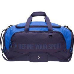 Torba sportowa TPU607 - ciemny granatowy - Outhorn. Niebieskie torby podróżne Outhorn, w paski, z gumy. W wyprzedaży za 64,99 zł.