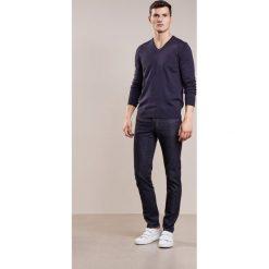 J.LINDEBERG JAY Jeansy Slim Fit dark blue. Niebieskie jeansy męskie relaxed fit J.LINDEBERG. W wyprzedaży za 377,10 zł.