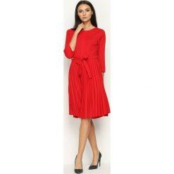 Czerwona Sukienka Pleated Belted. Czerwone sukienki marki Born2be, s, midi. Za 99,99 zł.